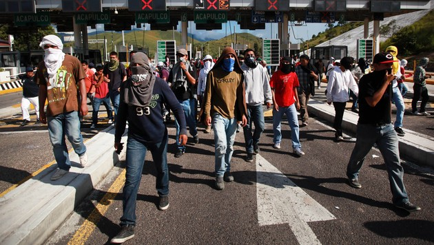 Angehörige und Kommilitonen der getöteten Studenten bei einem Protestmarsch