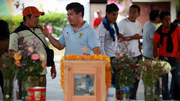 Angehörige der ermordeten Studenten bei einer Gedenkfeier