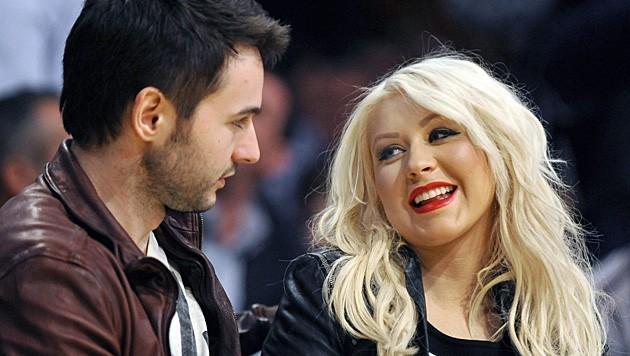 ... hat starke Ähnlichkeit mit dem aktuellen Verlobten der Sängerin, Matt Rutler. (Bild: APA/EPA/PAUL BUCK)