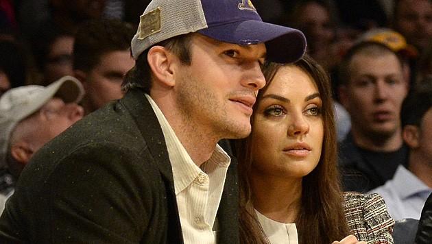 Mittlerweile ist Kutcher mit Moore-Abbild Mila Kunis verlobt. Auch Nachwuchs ist schon unterwegs. (Bild: APA/EPA/MICHAEL NELSON)