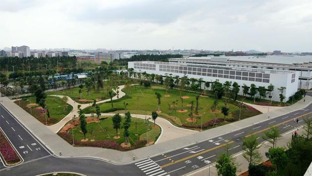 Huaweis Fabrikanlage ist von Parks umgeben. Jene von Foxconn von meterhohen Erdwällen.