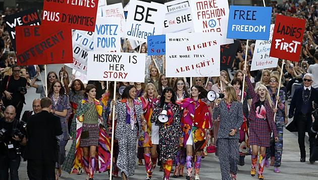 Karl Lagerfeld ließ seine Models für den Feminismus demonstrieren. (Bild: AP)