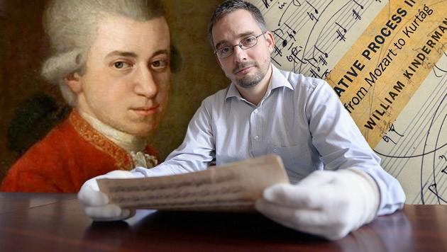 Notenblatt-Entdecker Balasz Mikusi hält die Originale von W.A. Mozart in Händen. (Bild: AFP/AFP ATTILA KISBENEDEK, Mozart-by-Croce-1780-81)