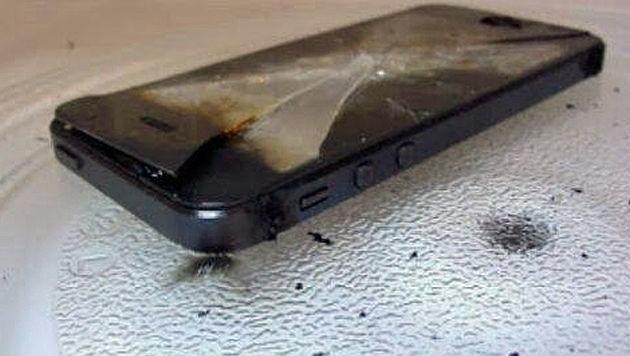 Ein iPhone, bei dem sich der Akku entzündet hat (Symbolbild)