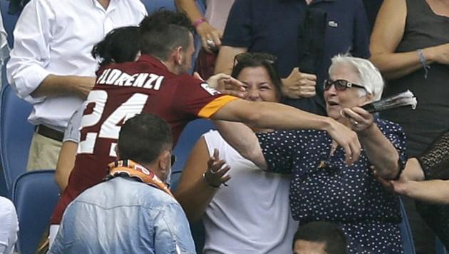 AS Romas Florenzi umarmt nach dem Tor seine Oma. (Bild: AP)