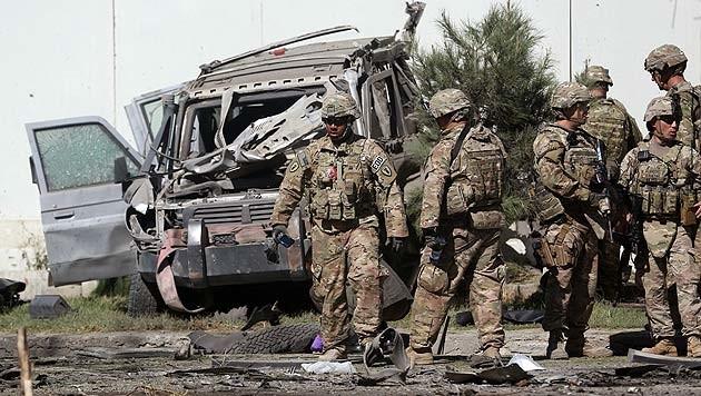 US-Soldaten inspizieren den Anschlagsort in Kabul (Bild: AP)