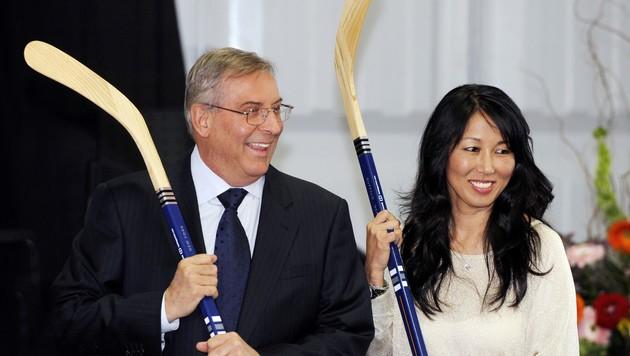 "Terry Pegula (li.) war mit Frau Kim auf Klub-""Shopping-Tour"" (Bild: AP)"