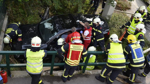 Die Einsatzkräfte mussten das Ehepaar aus dem Auto befreien. (Bild: APA/PRESSESTELLE BFK MÖDLING/LUKAS DERKITS)