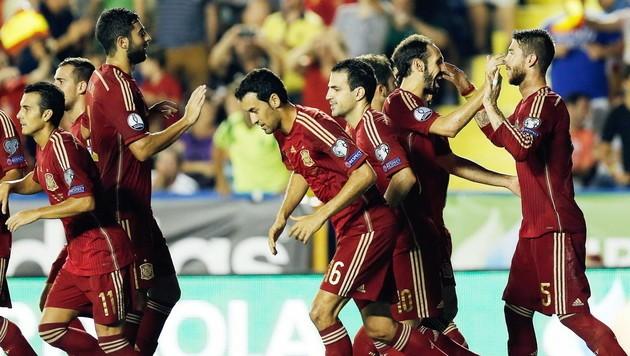 Großer Jubel bei den Spaniern nach dem 5:1-Erfolg (Bild: APA/EPA/JUAN CARLOS CARDENAS)