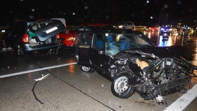 Insgesamt sechs Fahrzeuge waren in die Kollisionen auf der Südautobahn verwickelt. (Bild: Einsatzdoku.at)