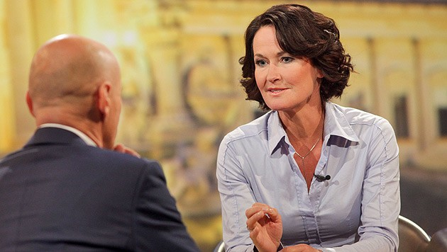 """Eva Glawischnig im Gespräch mit Peter Resetarits beim ORF-""""Sommergespräch"""" (Bild: ORF)"""