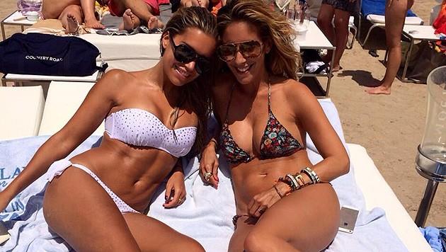 Sylvie Meis mit einer Freundin am Strand. (Bild: twitter.com/MissSMeis)