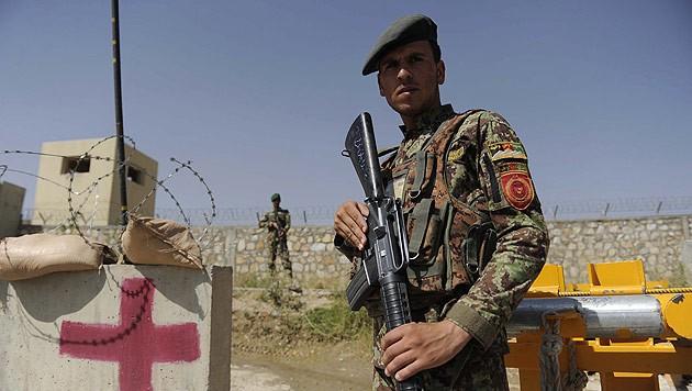 Ein afghanischer Soldat vor jener Militärakademie, in der sich die Schießerei ereignete (Bild: APA/EPA/Jawad Jalali)