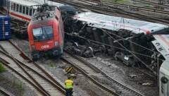 Mehrere Waggons des Eurocity der ÖBB entgleisten wegen der Wucht des Aufpralls. (Bild: AP)