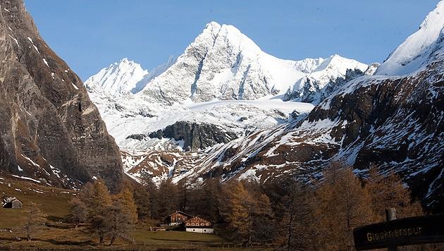 Blick von Kals auf den Großglockner. Die Deutschen sind von der linken Seite zum Gipfel aufgestiegen. (Bild: APA/PHILIPP BRUNNER)