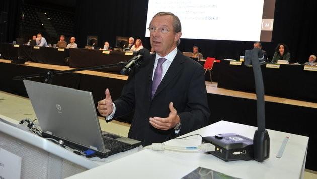 """""""Ich verstehe ihre Sorgen"""", sagt Landeshauptmann Wilfried Haslauer am Podium. (Bild: Wolfgang Weber)"""