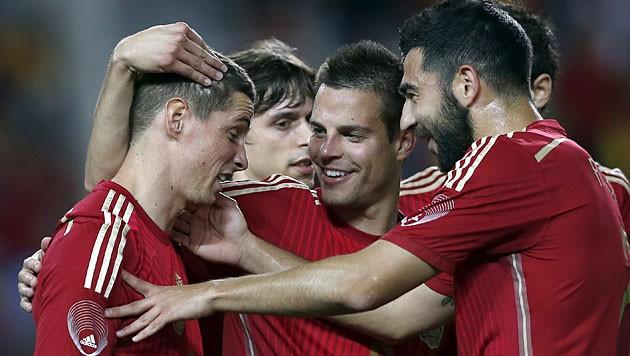 Spaniens Fernando Torres (links) bejubelt mit Teamkollegen Sieg (Bild: APA/EPA/Julio MuÒoz)