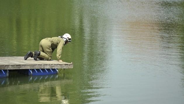 Ein Feuerwehrmann aus Zaina auf dem Unglückssteg am Badeteich. (Bild: Imre Antal)