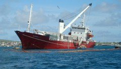 """Der Frachter """"Galapaface I"""" ist vor den Galapagosinseln auf Grund gelaufen. (Bild: APA/EPA/GALAPAGOS NATIONAL PARK/HANDOUT)"""