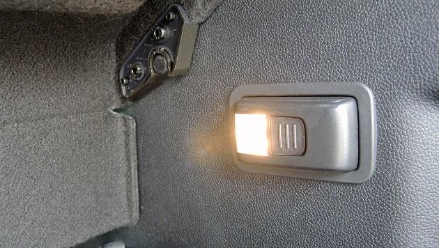 Die LED-Kofferraumleuchte kann man als Taschenlampe herausnehmen (Bild: Stephan Schätzl)
