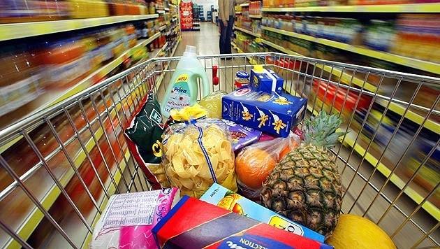 Nicht nur die Einkäufe, sondern auch die Hand- samt Brieftaschen ließen zwei Damen im Supermarktwagerl liegen (Bild: dpa/APA/Gero Breloer)