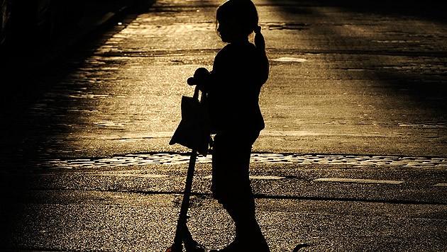 In der Dämmerung und im Dunkeln sollten Fußgänger, vor allem Kinder, Warnkleidung oder zumindest Reflektorstreifen auf ihrer Kleidung tragen. (Bild: dpa/Marius Becker)