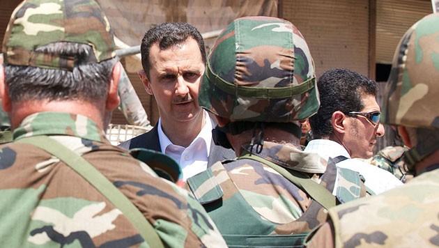 Bashar al-Assad mit syrischen Soldaten
