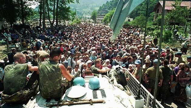 Niederländische UNO-Soldaten, bevor sie die Bosniaken an Mladic und seine Schergen auslieferten (Bild: AP)