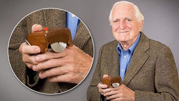 Douglas Engelbart mit der ersten Computermaus (Bild: EPA, krone.at-Grafik)