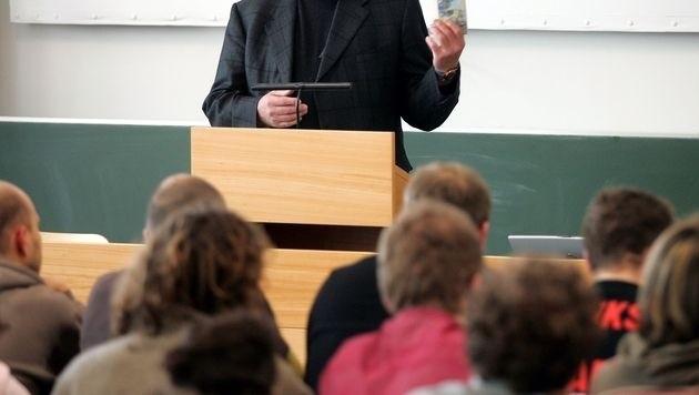 Es ist oft nicht leicht, alle Informationen aus der Vorlesung mitzuschreiben. (Bild: APA/ROLAND SCHLAGER)