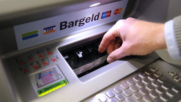 Die Hersteller der betroffenen Bankomaten wurden informiert und haben bereits Updates entwickelt. (Bild: APA/Barbara Gindl (Symbolbild))