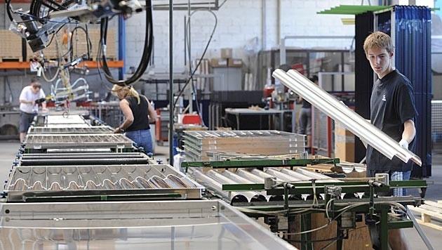 In vielen Betrieben wird jetzt auf Kurzarbeit umgestellt. (Bild: APA/HELMUT FOHRINGER (Symbolbild))