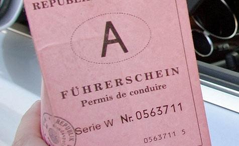 Einen Führerschein konnte der junge Lenker nicht vorweisen. (Bild: Martin Jöchl)